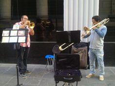Dúo de músicos, alegrando las calles en Jirón de la Unión. ¡Muy bueno! #apoyala #musica #buenos #artistas