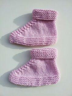 Todos os patinhos sabem bem nadar Sabem bem nadar Cabeça para baixo, rabinho para o ar Cabeça para baixo, rabinho para o ar ... Knit Slippers Free Pattern, Baby Booties Knitting Pattern, Baby Shoes Pattern, Knit Baby Booties, Baby Boots, Baby Knitting Patterns, Knit Baby Dress, Crochet Baby Clothes, Baby Slippers