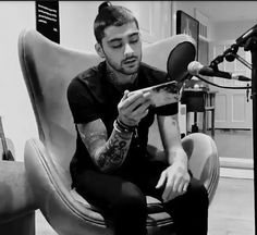 One Direction Harry Styles, One Direction Photos, Ely, Zayn Malik Tattoos, Hold Back The River, Zayn Mailk, Black Pink Dance Practice, Dusk Till Dawn, Normal Guys