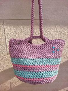 GEMMA BALLESTÉ Y EL TRAPILLO: DE MI LIBRO:  EL TRAPILLO (100 CREACIONES DE GANCH... Knitted Bags, Crochet Bags, T Shirt Yarn, Yarn Projects, Straw Bag, Homemade, Handbags, Purses, Knitting