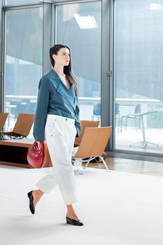 24. Trench-shirt in cotton poplin, twisted pants in cotton denim, bag in molded leather, slippers in leather