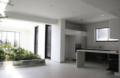 Este espectacular PH de 180 mt2, cuenta con 2 habitaciones, 3 baños, jardín interior, sala, comedor, terraza en sala y habitación principal, 1 deposito, 2 parqueaderos independientes. Mas información y fotos en: http://www.clasinmuebles.com/properties/bogota/penthouse-en-chico-reservado-637.html