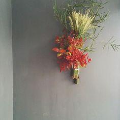 細めの竹を何本も準備して、真っ赤な南天と稲穂。 繊細であでやかな、パッと目を引くアレンジメント。