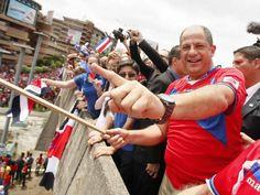 Presidente de Costa Rica, Luis Guillermo Solís, celebrando junto a su pueblo los triunfos de la selección nacional en el Mundial Brasil 2014.