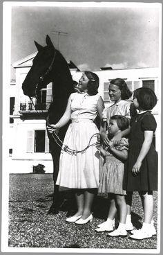 Prinses Beatrix houdt haar paard vast, onder de bewonderende blikken van de andere prinsessen