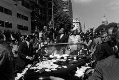 3- Asume Alfonsin  Télam Buenos Aires, 10/12/1983 El presidente Raúl Alfonsín, saluda a la multitud concentrada en el trayecto de une el Congreso de la Nación con la Casa de Gobierno. Foto: Alberto Haliasz/Télam
