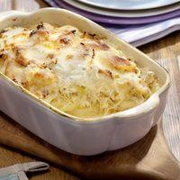 Kartoffeln waschen, schälen, in feine Scheiben schneiden. Zwiebeln würfeln, im heißen Fett anbraten. Kartoffeln und Sauerkraut zugeben, anschmoren....