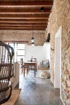 Una bonita casa en Ibiza. Aquí os dejamos una casa de estilo bohemio y gusto por la madera situada en la isla de Ibiza