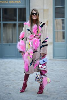 - Carrying not one but three Fendi handbags simultaneously? When you're Anna,you can.