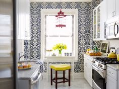 A bright kitchen with white cupboards, Carrara marble, and Rose Cumming Zebrine wallpaper in Navy. Home Design, Küchen Design, Interior Design Kitchen, Design Ideas, Design Room, Modern Interior, Small Space Living, Small Spaces, Small Dining