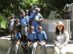 出来上がった井戸の前で事務局長の木山と子どもたち