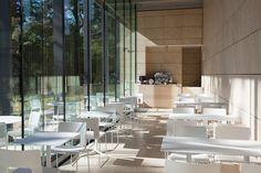 東京都庭園美術館 Cafe du palais。2014年11月、約3年にわたる大規模な改修工事を経て新しくなった東京都庭園美術館。東京都指定文化財である旧朝香宮邸を継承した本館は、創建当初の姿に忠実に修復され、その奥にはホワイト・キューブの展示空間が備わった新館が誕生し、話題をさらった。新館に位置する「Café du Palais」は、まるで都会のオアシス。※カフェを利用するには展覧会チケットが必要