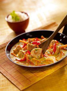 Poulet coco sauce au curry jaune Ingrédients / pour 2 personnes  1 sauce Curry Jaune (Suzi Wan ou autre marque) 250 g de poulet 2 rondelles d'ananas 1 poivron rouge 1 carotte 1 oignon 50 g de petits pois surgelés Coriandre fraîche