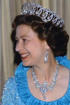 Queen Elizabeth wearing the Queen Victoria Jubilee necklace and the Vladimir tiara Royal Crown Jewels, Royal Crowns, Royal Tiaras, Royal Jewelry, Gold Jewelry, Windsor, Lady Diana, Queen Elizabeth Tiaras, Prinz Philip