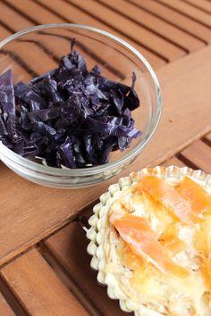 Salade de choux rouge chaud ou froid. Voici une recette qui ne vous fera prendre aucun kilo car le chou rouge est très diététique. Ici il est cuisiné au naturel avec un peu de matières grasses. Idéal en début ou fin de repas. Ici je l'ai accompagné d'une mini-quiche à l'oignon et au saumon façon carbonara.