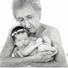 Linda foto pra iniciar o domingo com o sentimento de amor e família! 👵👑❤👶👑 #familia #amor #avós #vovoebebe #fotodefamilia