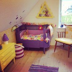 Flytter rundt på Floras værelse, purple crib, nursery