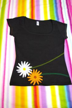 A wonderful cotton t-shirt, with a fitted cut and pronounced neckline . Kurta Designs, Blouse Designs, T Shirt Painting, Painted Clothes, Shirt Embroidery, Altering Clothes, Embroidered Clothes, Vintage Design, T Shirt Diy