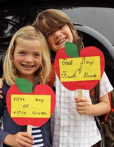 First Day of School Photographs Cherish back-to-school moments with a photograph on the first day. Craft easy-to-make props for your kids to hold before they're off for another exciting year. Click through for banner, hand sign and frame ideas. First Day Of School Activities, First Day School, Kindergarten First Day, Beginning Of School, Kindergarten Party, 1st Day Of School Pictures, School Photos, Back To School Party, Back To School Crafts For Kids