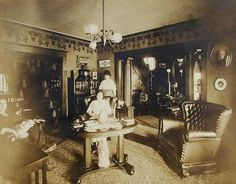 Victorian-Edwardian Living Room: 36 Interesting Vintage Pictures Show People in Their Parlors Over 100 Years Ago ~ vintage everyday Victorian Parlor, Folk Victorian, Victorian Life, Victorian Decor, Victorian Homes, Victorian House Interiors, Victorian Furniture, Vintage Interiors, 1900s House