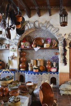 Eye For Design: Decorating In Old Spanish Colonial Style Hacienda Kitchen, Hacienda Style Homes, Spanish Style Homes, Spanish House, Spanish Colonial Kitchen, Spanish Style Bedrooms, Spanish Style Decor, Spanish Revival, Mexican Style Kitchens