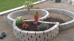Perfektná inšpirácia na mini záhradku pred domčekom len za 50 eur Backyard Projects, Diy Projects, Spiral Garden, Front Yard Landscaping, Flower Beds, Container Gardening, Pond, Garden Design, Succulents