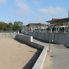 Elementer i forskellige højder fra Cirkelserien adskiller sektioner i skolegården på Bagsværskole Aarhus, Sidewalk, Side Walkway, Walkway, Walkways, Pavement