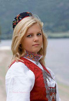 Bunad Swedish Blonde, Swedish Women, Costumes Around The World, Blonde Women, Folk Costume, Platinum Blonde, Historical Clothing, Traditional Dresses, Beauty Women