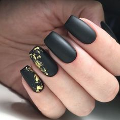 Matte black nails are quite trendy right now. Why women tend to polish matte black nails? Well it's because women like a gorgeous and universal manicure. Black always gives the impression of a mature and stable personality. Nail Deco, Black Gold Nails, Nail Black, Luminous Nails, Golden Nails, Foil Nails, Matte Nails, Acrylic Nails, Polish Nails