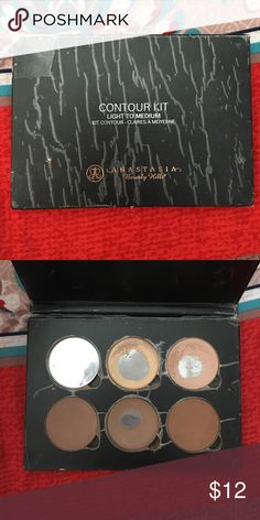 Anastasia contour kit in light to medium It's pretty beat up but still has a lot of life! Great little thing if you're just wanting to test out the contour kit but don't want to spend the money! Anastasia Beverly Hills Makeup Face Powder