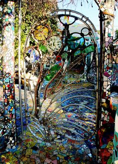 House Gate Mosaic House Gate Wow this is beautiful! I so want to do something like this in my garden if I can.Mosaic House Gate Wow this is beautiful! I so want to do something like this in my garden if I can. Mosaic Art, Mosaic Glass, Stained Glass, Mosaic Garden, Glass Garden, Metal Gates, Iron Gates, Memes Arte, Fence Gate