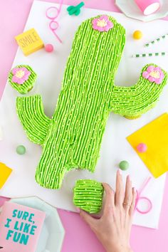 Have you guys seen a pull-apart cupcake cake before?? They're the coolest!! It lets you create fun shaped cakes without actually having to carve a cake. BAM! And it's super fun for parties as everyone can just grab a cupcake and run! With cacti on the brain this month we made a cactus pull-apart cupcake…