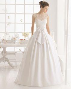 Não é por acaso que vão encontrar muitas semelhanças entre esta coleção de vestidos de noiva Aire Barcelona e os vestidos de Rosa Clará. Pois na verdade, pertencem à mesma casa! Os traços de romant…
