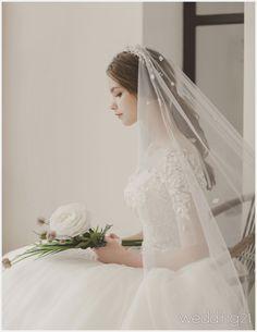 [웨딩드레스] ① 낭만적 꿈에 잠긴 여인의 아름다운 웨딩드레스, 로이 by 아일랜드 Wedding Dresses Photos, Wedding Poses, Wedding Photoshoot, Bridal Dresses, Prom Dresses, Wedding Viel, Korean Wedding, Bride Photography, Dress Sketches