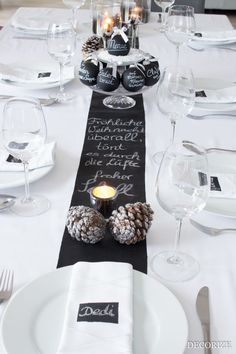 Festive table for Christmas - table decoration with blackboard paint- Festtafel zu Weihnachten – Tischdekoration mit Tafelfarbe A banquet table with blackboard color - Black Christmas, Elegant Christmas, All Things Christmas, Winter Christmas, Christmas Time, Modern Christmas, Holiday, Christmas Party Table, Christmas Table Settings