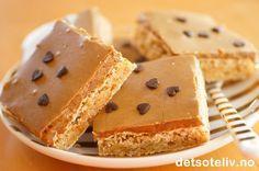 """Mange elsker """"Snickerskake"""" og kaken finnes i mange varianter. Her har du en enkel versjon som stekes i langpanne. Også denne langpannekakeversjonen kan varieres ved at du kan bruke enten mørk eller lys kokesjokolade i sjokoladeglasuren. Varianten du finner her er laget med lys kokesjokolade, som gir en mild og nydelig smak på kaken. Kaken er fin å fryse og tiner raskt. ALLTID KNALLGOD OG SUPERPOPULÆR!!! Oppskriften er til stor langpanne."""