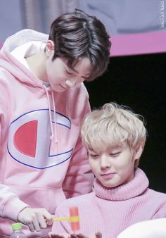 Bae Jinyoung is having a crush on Park Jihoon. Park Jihoon is falling in love with Lai Guanlin. Lai Guanlin is currently dating Lee Daehwi. Cho Chang, Kpop Couples, Guan Lin, Lai Guanlin, Ha Sungwoon, Kim Jaehwan, Korean Star, Produce 101, Seong