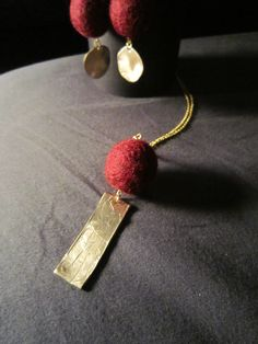 Bronze necklace and wool