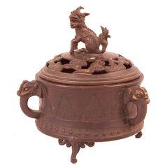 INCENSARIO ORIENTAL EN BRONCE Años 30. Con decoración circular y dragón en tapa. Medidas: 15 x 15 cm.