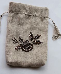Sweet little bag embellished with Tel Sarma and Tel Kirma embroidery two stitches in Turkish metal embroidery work. Satin Stitch, Little Bag, Embroidery Stitches, Embroidery Ideas, Shower Gifts, Handicraft, Shopping Bag, Diy And Crafts, Coin Purse