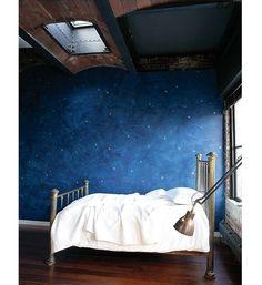 As aplicações nas paredes são uma ótima forma de renovar a decoração do quarto. As pinturas, baseadas em imagens já existentes ou fruto das ideias de quem as executa precisam de habilidade, tempo e espaço para serem feitas - mas o resultado é surpreendente. Para um efeito parecido e menos esforço, os decalques, também conhecidos como colagens de tecidos ou adesivos, são uma ótima opção. Clique na foto para ver mais opções!