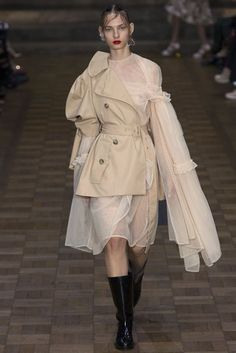 The complete Simone Rocha Spring 2017 Ready-to-Wear fashion show now on Vogue Runway. Fashion Week, Fashion 2017, Runway Fashion, Fashion Art, High Fashion, Womens Fashion, Fashion Design, Fashion Trends, Fashion Spring