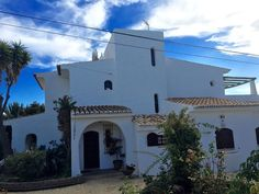 Vivenda Galeano is located in the privileged community of Galé, a few kilometers… Beach Villa, Rental Apartments, Ideal Home, The Neighbourhood, Portugal, Condo, Community, Amp, Restaurant
