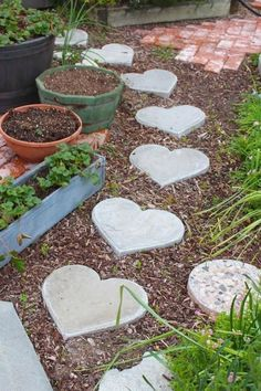 Rooted In Thyme: heart shaped stepping stones. I'd love these stepping stones in my garden. Garden Steps, Diy Garden, Garden Crafts, Garden Paths, Garden Projects, Garden Art, Garden Design, Diy Projects, David Austin Rosen