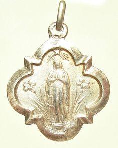 Onze lieve vrouw van Lourdes Art Nouveau Vintage Zilveren religieuze medaille hanger op 18 sterling zilver-rolo ketting, beschikt over een sterke kreeft-klauw gesp. Op de keerzijde: gegraveerd in het Frans: Souvenir van onze lieve vrouw van Lourdes. Meet 0.64 breed door 0,75 in hoogte. Kenmerken van de baal. ZILVER. .