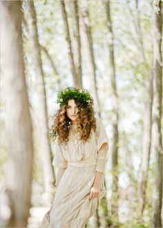 Boho bride long curly down wedding hairstyle with flower crown bridal hair ideas Toni Kami ⊱✿⊰Flowers in her hair⊱✿⊰ corona halo Wedding Photographie, Corona Floral, Toronto Wedding Photographer, Shooting Photo, Foto Art, Foto Pose, Her Hair, Wedding Gowns, Hair Wedding