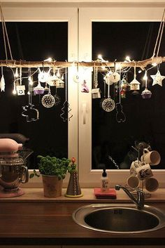 fensterdeko-weihnachten-basteln-ideen-kueche-spuele-lichterkette-ornamente-zweig… ornamental branch 2019 appeared first on Curtains Diy. All Things Christmas, Christmas Home, Christmas Holidays, Christmas Wreaths, Christmas Crafts, Modern Christmas, Christmas Windows, Beautiful Christmas, Indoor Christmas Lights