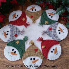 Motifs Applique Laine, Wool Applique Patterns, Felt Applique, Quilt Pattern, Felt Christmas Decorations, Felt Christmas Ornaments, Christmas Tree, Christmas Mug Rugs, Penny Rugs