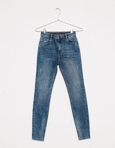 Облегающие джинсы. Откройте для себя эти и многие другие товары Bershka с новыми коллекциями каждой недели