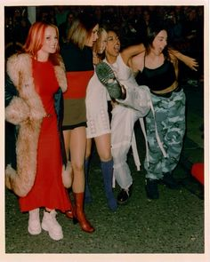 i was completely obsessed with the spice girls. my walls were covered in spice girl posters! My favorite was always Scary Spice! Spice Girls, Mtv, Pretty People, Beautiful People, 90s Fashion, Fashion Fail, Fashion Killa, Fashion History, Vintage Fashion